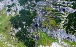 Mörka grottor i bergen Arkivfoto