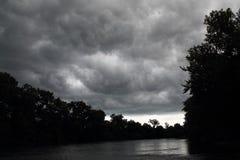 Mörka himlar över South Bend Indiana Arkivfoto