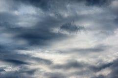 Mörka himmel och stormmoln Royaltyfri Bild