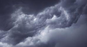 Mörka illavarslande gråa stormoklarheter Arkivfoto
