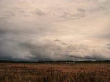 Mörka illavarslande moln över slätten royaltyfri foto
