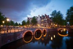 Mörka kanaler Amsterdam Arkivbilder
