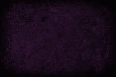 Mörka lilor skrapad grungeväggbakgrund eller textur Royaltyfri Bild
