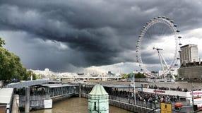 Mörka moln över det London ögat Royaltyfri Bild