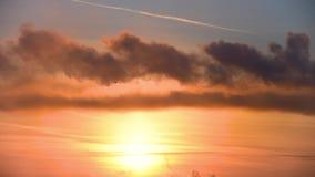 Mörka moln av rök och moln på solnedgången förorening för fabrik för luftbakgrund blå lager videofilmer