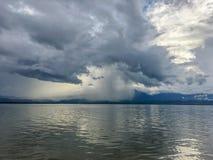 Mörka moln med regnigt i stormdag på sjö- och bergbakgrunden Regndroppe endast något område arkivfoton