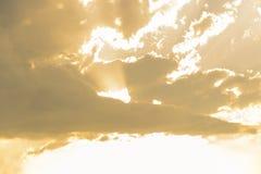 Mörka moln och skymter av solen royaltyfri foto