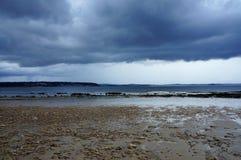 Mörka moln ovanför havet i Brittany France Europe arkivbilder