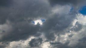 Mörka moln på blå himmel i sommaren stock video