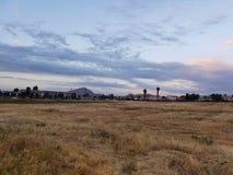 Mörka moln som bygger upp på perris Kalifornien fotografering för bildbyråer