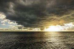 Mörka oklarheter över havet royaltyfri bild