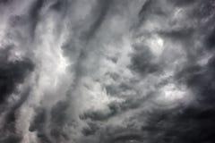 Mörka stormiga moln Arkivfoto