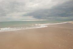Mörka stormmoln över havet på stranden Royaltyfria Bilder