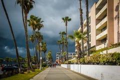 Mörka stormmoln över strandpromenaden i Venedig sätter på land, Los Angele arkivbilder