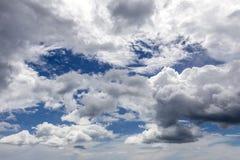 Mörka stormmoln i blå himmel Arkivfoton