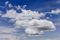 Mörka stormmoln i blå himmel Royaltyfri Bild