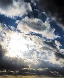Mörka stormmoln och solstrålar, solnedgånggryning Arkivbild