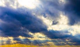 Mörka stormmoln och solstrålar, solnedgånggryning Royaltyfri Foto