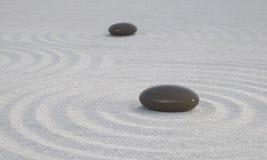 Mörka Zenstenar på vit sand Arkivfoto