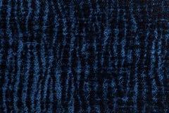 Mörker - blå fluffig bakgrund av den mjuka ulliga torkduken Textur av textilcloseupen Royaltyfri Bild