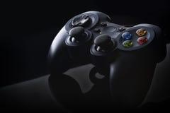 Mörker - blå gamepad med kulöra knappar Royaltyfria Foton