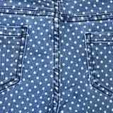 Mörker - blå kvinnlig jeans - tygstruktur Royaltyfri Bild