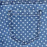 Mörker - blå kvinnlig jeans - tygstruktur Arkivbild