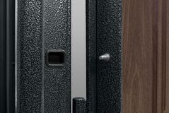 Mörker - blå metallisk dörr med det långa handtaget och nyckelhålet Fotografering för Bildbyråer