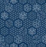 Mörker - blåa geometriska snöflingor övervintrar den sömlösa modellen Stock Illustrationer