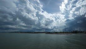 Mörker - blått hav och blå himmel med det regniga molnet Royaltyfria Foton