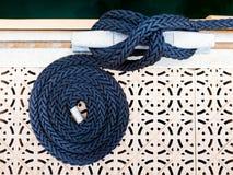 Mörker - blått rullat ihop rep Arkivbild
