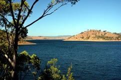 Mörker - blått vatten i Windamerre sjön Arkivfoto