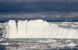 Mörker för hav för Grönlandglaciärglaciärer - berg för blå himmel Fotografering för Bildbyråer