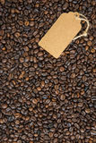 Mörker för kaffebönor och etiketten Top beskådar royaltyfria foton