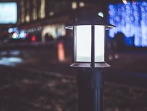 Mörker för nattstadsljus i gatorna royaltyfria bilder