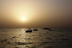 Mörker för sol för fartyg för havsaftonsolnedgång Royaltyfri Fotografi
