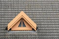 Mörker för taktegelplatta - grått takventilationsfönster Arkivfoto