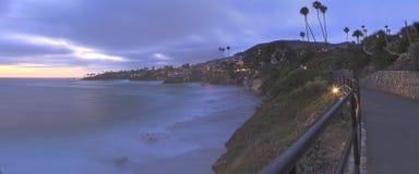 Mörker fördunklar över den Diver's lilla viken i Laguna Beach Royaltyfri Bild