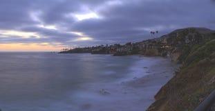 Mörker fördunklar över den Diver's lilla viken i Laguna Beach Arkivbild
