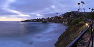 Mörker fördunklar över den Diver's lilla viken i Laguna Beach Royaltyfri Fotografi