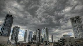 Mörker fördunklar över Frankfurt horisont arkivfilmer