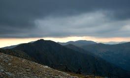 Mörker fördunklar över slovakiska berg royaltyfria foton