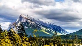 Mörker fördunklar att hänga över monteringen Rundle i den Banff nationalparken Arkivbild
