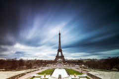 Mörker fördunklar Eiffeltorn royaltyfria foton