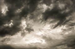 Mörker fördunklar himmel arkivfoton