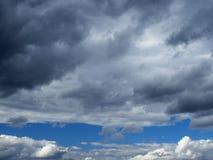 Mörker fördunklar i en klar himmel Arkivfoto