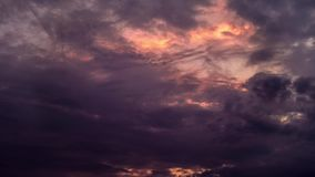 Mörker fördunklar med solnedgång bakom Cloudes för gryninghelvetetimelapse med demoniskt lynne arkivfilmer
