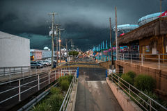 Mörker fördunklar på himlen i stadsgatan för orkan Arkivfoton