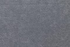 Mörker - grå fluffig bakgrund av den mjuka ulliga torkduken Textur av textilcloseupen royaltyfri foto