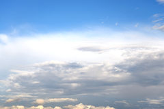 Mörker, illavarslande regnmoln och blå himmel fotografering för bildbyråer
